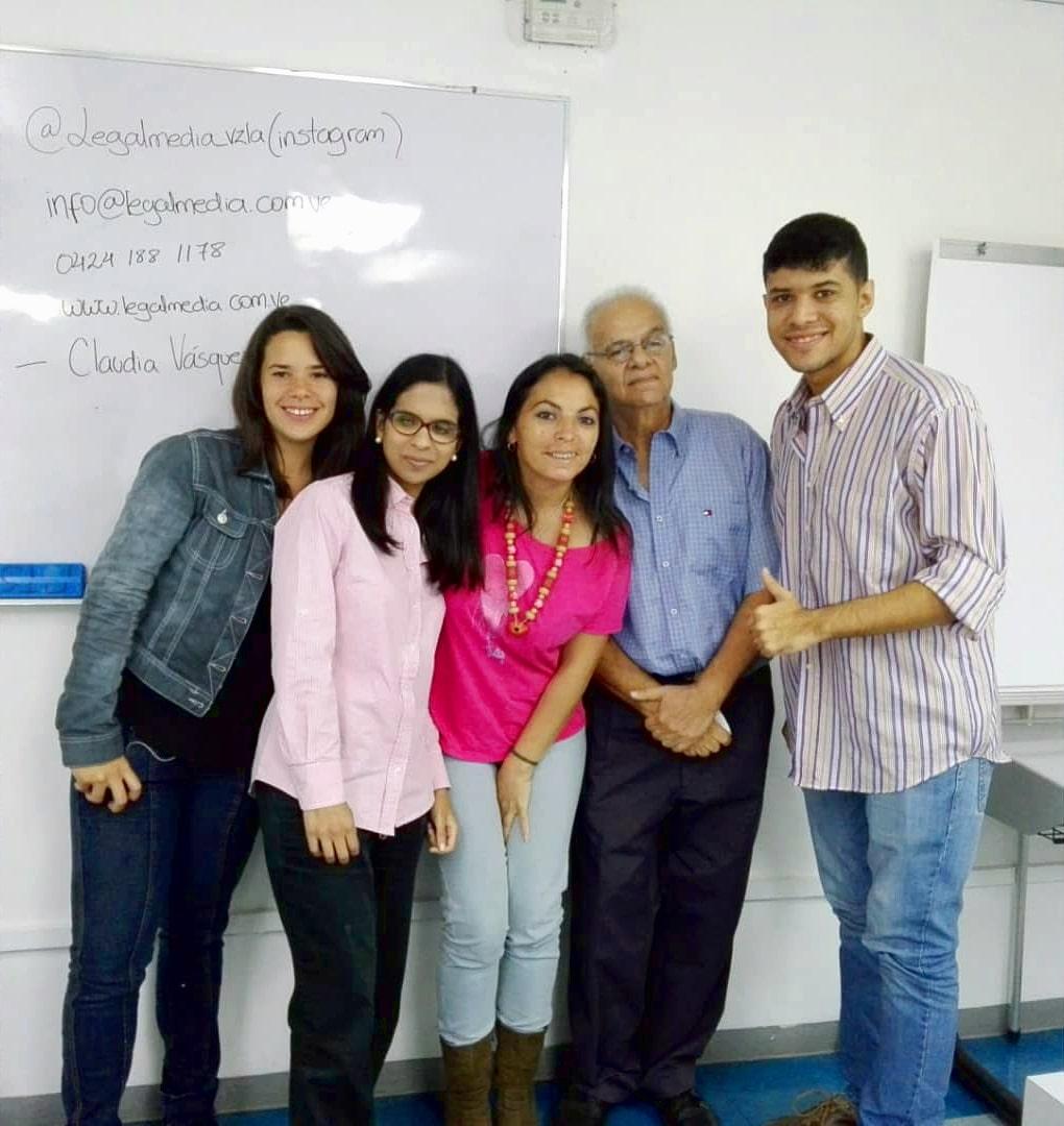 Claudia Vasquez acompañada de los participantes del taller Camino Legal al Éxito