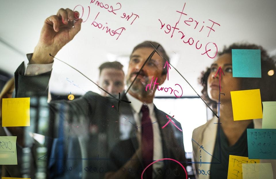 Emprendedores desarrollando un plan de negocios