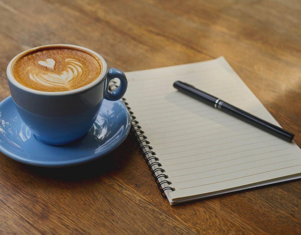 libreta, bolígrafo y papel listos para Crear una Empresa exitosa