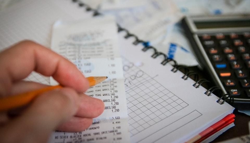Persona sumando cuentas para calcular el impuesto sobre la renta