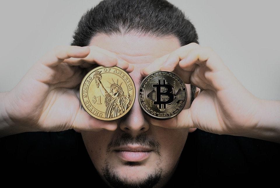 emprendedor con dilema de impuestos en criptodivisas o moneda extranjera