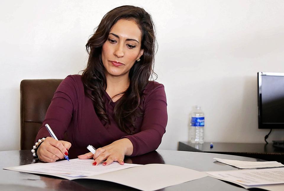 Mujer redacta documento para su firma personal