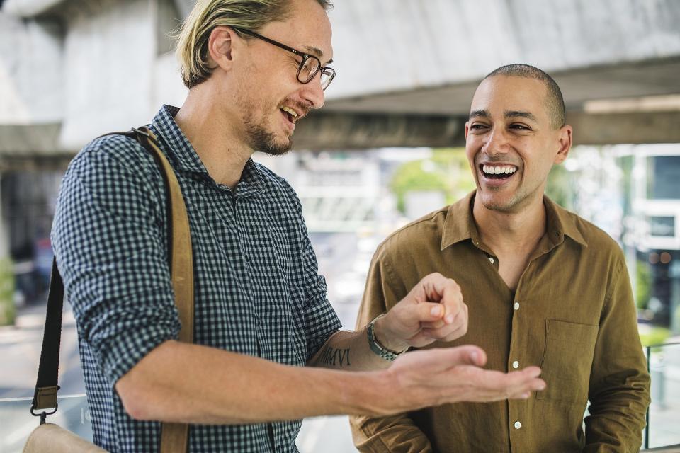Dos emprendedores hablando sobre su firma personal