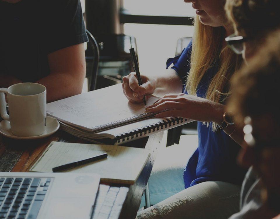 Emprendedores en un conversatorio sobre aspectos legales para emprender con éxito