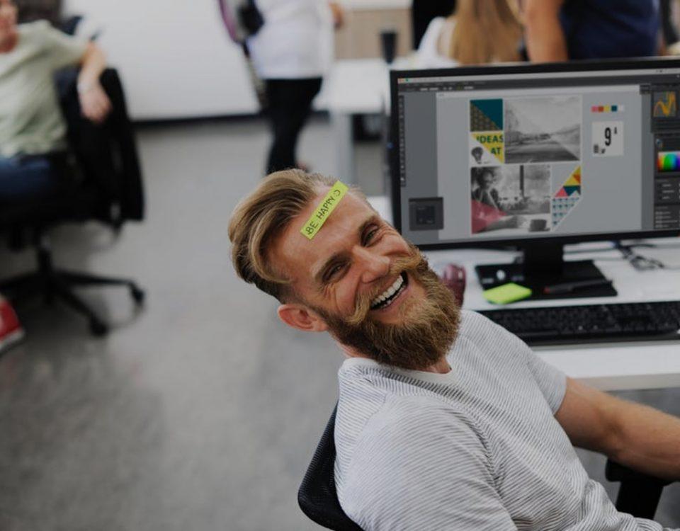 Emprendedor creativo sonriendo por su negocio rentable