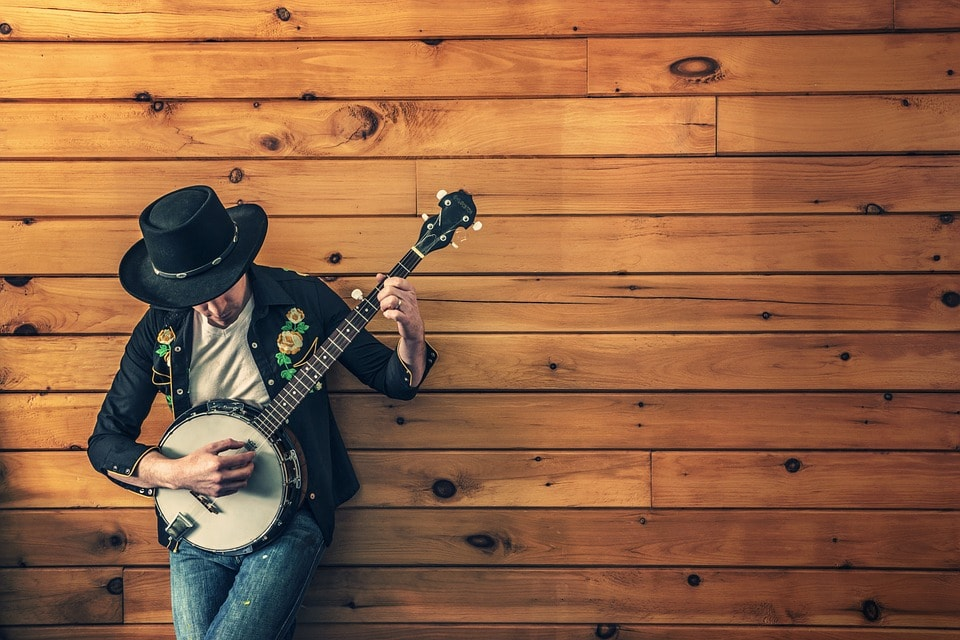 Musico tocando sus canciones protegidas por el derecho de autor