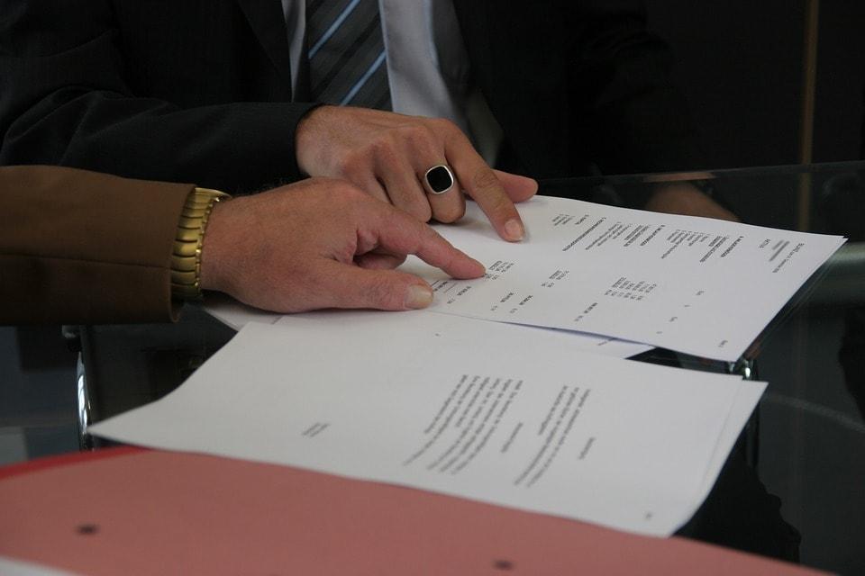 Manos señalando terminos y condiciones de un contrato