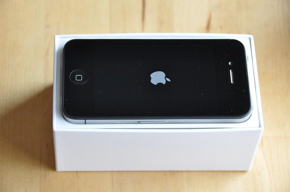 Smartphone donde se ve la marca de apple